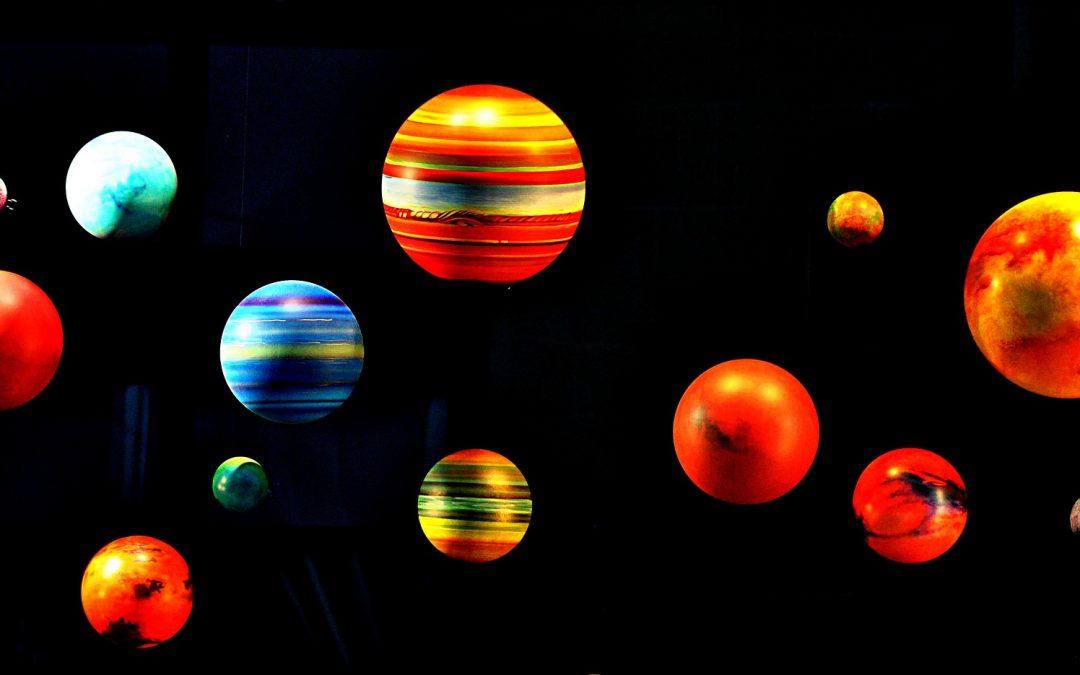 Kleur en knip de planeten